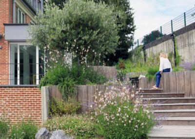 Jardin tropical et méditerranéen . Piscine monobloc béton . Mur végétal extérieur .